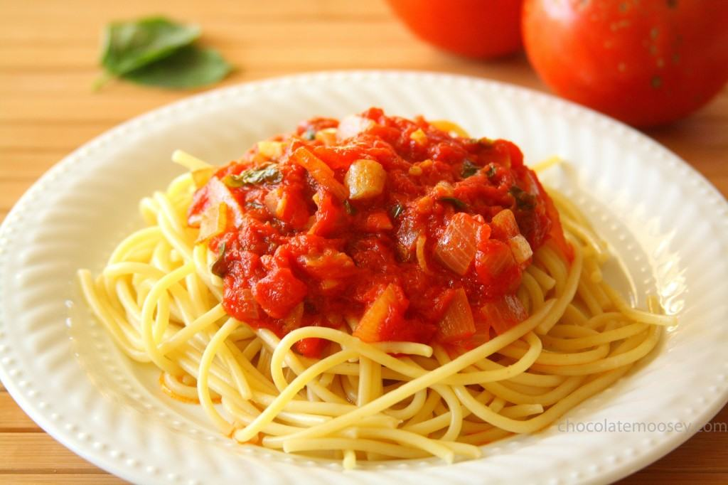 Quick and Fresh Basil Tomato Sauce from www.chocolatemoosey.com