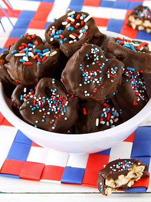 Patriotic Pretzel Smores | www.chocolatemoosey.com