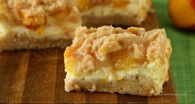 Peach Cheesecake Crumb Bars | www.chocolatemoosey.com