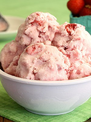 Strawberries And Cream Ice Cream (No Cook, Eggless)